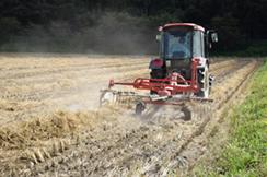 刈り取った藁を寄せ集める機械