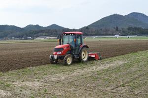 トラクターで耕して田植の準備
